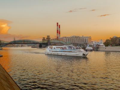 Прогулка по Москве-реке на яхте Рэдиссон от парка Горького