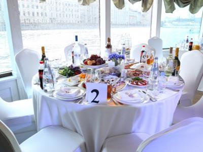 """Гастрономический круиз на современной яхте VIP класса """"Благодать"""" с просмотром праздничного салюта в День Победы"""